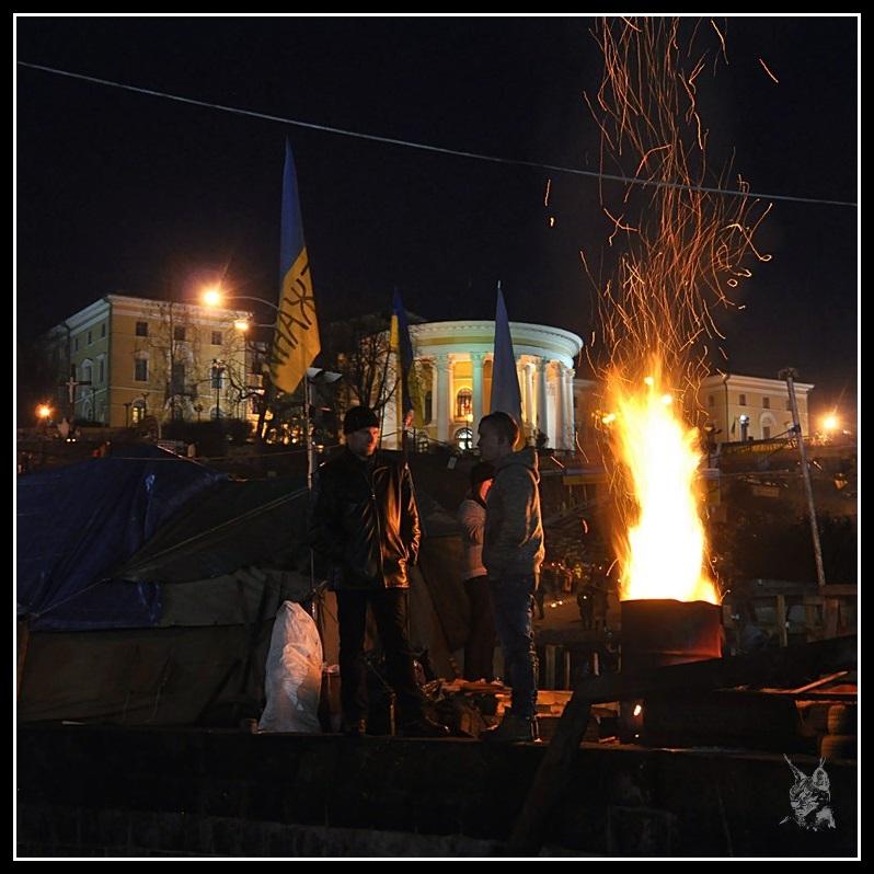 Kiev - Révolution de 2014 Euromaidan - Campement et brasero sur la place de l'indépendance - maidan