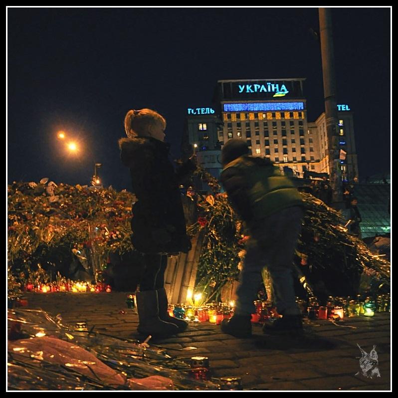 Kiev - Révolution de 2014 Place de l'Indépendance - Une fillette sur les barricades devant l'hotel Ukraine
