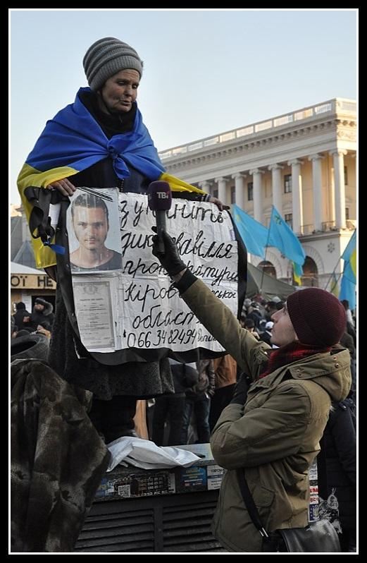 Kiev - Révolution de 2014 Euromaidan - Equipe TV interview d'une grand-mère